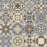 Una collezione di piastrelle di ceramica nei colori blu e beige Fotografia Stock Libera da Diritti