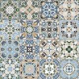 Una collezione di piastrelle di ceramica nei colori blu e beige Immagini Stock