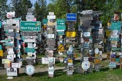 Una collezione di segni inviati lungo la strada principale dell'Alaska Immagine Stock Libera da Diritti