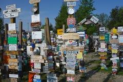 Una collezione di segni inviati lungo la strada principale dell'Alaska Fotografia Stock