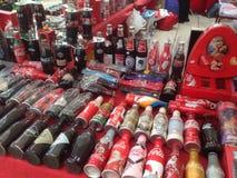 Una collezione di vecchie e bottiglie d'annata della coca-cola Immagini Stock Libere da Diritti