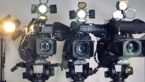 Una collezione di videocamere sui supporti in un colpo girante archivi video