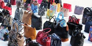 Una collezione variopinta di borse delle donne Fotografie Stock Libere da Diritti