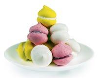 Una collina con i dolci su un piatto bianco Immagini Stock