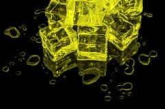 Una collina dei cubetti di ghiaccio gialli su un vetro nero con le gocce di acqua intorno illustrazione vettoriale