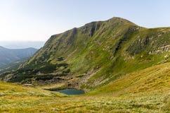 Una collina dell'alta montagna Scogliera della montagna Immagine Stock Libera da Diritti
