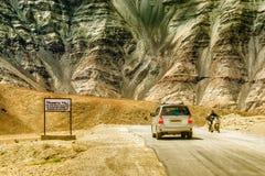 Una collina di gravità in cui le automobili a bassa velocità sono estratte contro gravità notoriamente è conosciuta come collina  fotografia stock libera da diritti