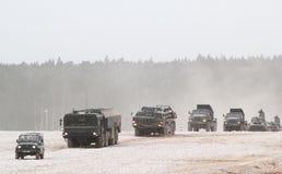 Una colonna dei veicoli blindati russi alla dimostrazione Immagine Stock Libera da Diritti