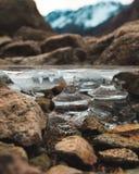 Una colonna del ghiaccio sostiene il lago fotografie stock