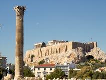 Una colonna del tempiale dello Zeus di olimpionico ed acropoli Immagini Stock Libere da Diritti