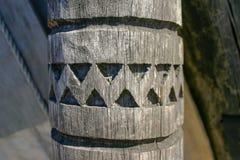 Una colonna di legno antica con un modello scolpito immagine stock libera da diritti