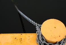 Una colonna di ormeggio e una catena Immagine Stock Libera da Diritti