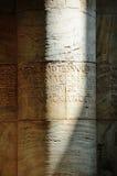Una colonna grigia nella chiesa Immagine Stock