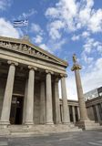 Una columna de mármol con esculturas de Apolo contra un cielo azul con las nubes en la academia ateniense fotografía de archivo libre de regalías