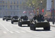 Una columna de vehículos acorazados después del desfile en honor del día de la victoria St Petersburg Imagenes de archivo