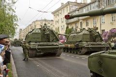 Una columna de vehículos blindados y de los tanques construyó fuera del mundo t Foto de archivo libre de regalías