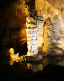 Una columna y una estalagmita en las cavernas de Carlsbad imágenes de archivo libres de regalías