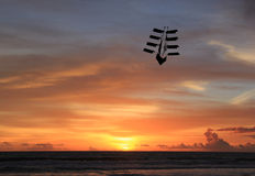 La cometa vuela en la puesta del sol Imágenes de archivo libres de regalías