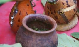 Una comida africana de las verduras verdes cocinadas en un pote y una leche amarga imagenes de archivo