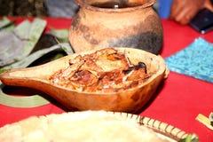 Una comida africana del pollo asado, del pap y de la sopa sirvió en platos tradicionales foto de archivo libre de regalías