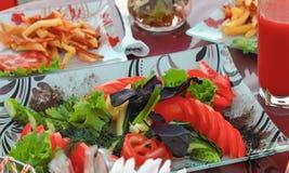 Una comida campestre en el aire fresco, tabla festiva, verduras, alcohol, m Fotografía de archivo