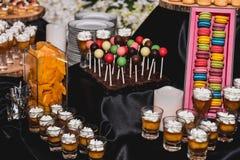 Una comida de la decoración y del postre de la variedad en la exhibición europea del estilo en noche va de fiesta evento Imagen de archivo
