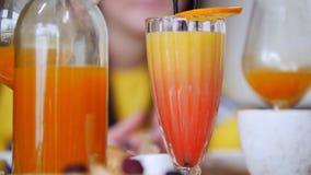 Una comida del restaurante Una bebida con la naranja encima del vidrio Un plato ligero en una placa almacen de metraje de vídeo
