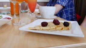 Una comida del restaurante Crepes servidas en una placa metrajes