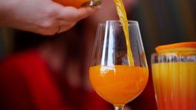 Una comida del restaurante Una persona que vierte la bebida en el vidrio Una mujer lo toma y bebe almacen de metraje de vídeo