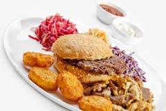 Una comida sabrosa. Hamburguesa grande, patatas fritas.   Foto de archivo libre de regalías