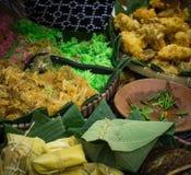 Una comida tradicional bakwan de Indonesia con maíz Foto de archivo