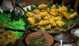 Una comida tradicional bakwan de Indonesia con maíz Imagen de archivo