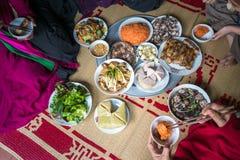 Una comida vietnamita tradicional para el día de fiesta lunar de Tet del Año Nuevo en primavera, puesta en la nueva estera florec Fotografía de archivo