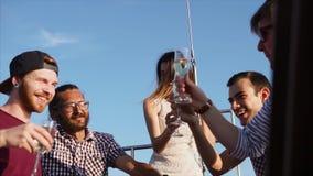 Una compañía de amigos jovenes goza el celebrar de un cumpleaños en el yate en el d3ia almacen de video