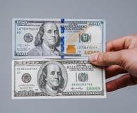 Una comparación de los viejos y nuevos 100 billetes de dólar Dinero nuevo y viejo Foto de archivo libre de regalías