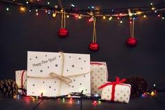 Una composición con los regalos del ` s del Año Nuevo y un sobre con la tarjeta de felicitación de la Feliz Año Nuevo de la inscr Foto de archivo libre de regalías