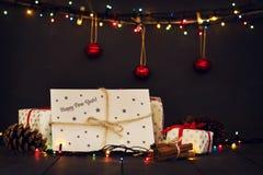 Una composición con los regalos del ` s del Año Nuevo y un sobre con la tarjeta de felicitación de la Feliz Año Nuevo de la inscr Imagenes de archivo