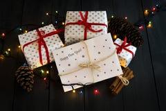Una composición con los regalos del ` s del Año Nuevo y un sobre con la tarjeta de felicitación de la Feliz Año Nuevo de la inscr Imagen de archivo