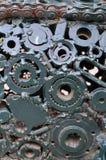 Una composición de un sistema de engranajes y piezas del coche que se sueldan con autógena el uno al otro y verde pintado Textur  fotografía de archivo libre de regalías