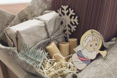 Una composición festiva con una caja de madera grande con los presentes y las galletas Fotografía de archivo