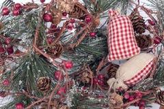 Una composizione del primo piano delle decorazioni di Natale isolate su bianco Immagini Stock