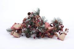 Una composizione delle decorazioni di Natale isolate su bianco Immagine Stock
