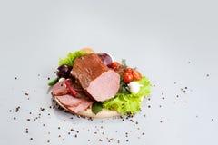 Una composizione delle specie differenti delle salsiccie e della carne Fotografia Stock
