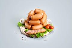 Una composizione delle specie differenti delle salsiccie e della carne sul corteggiare Fotografia Stock