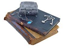 Vecchi libri con il contenitore e le chiavi di gioiello Immagini Stock