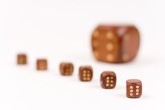 Una composizione di sei taglia sopra fondo bianco Fotografia Stock