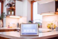 Una compressa con lo schermo domestico astuto Fotografie Stock