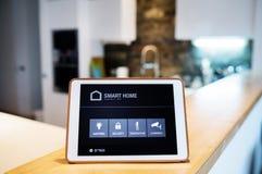 Una compressa con lo schermo domestico astuto Fotografia Stock Libera da Diritti