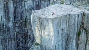 Una condizione delle coppie sulla roccia famosa di Preikestolen in Norvegia fotografia stock