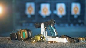 Una condizione su uno scaffale speciale, fine della pistola su video d archivio